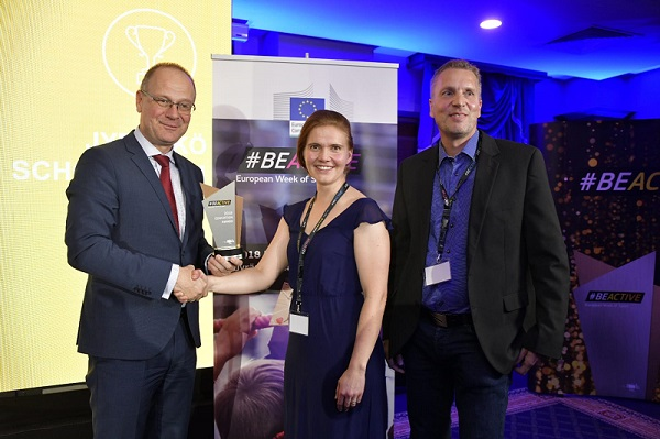 Picture: Commissioner Tibor Navracsics (left) with Anna-reeta Oksanen (center) and Kimmo Nykanen (right), from the Jyränkö School in Heinola - Winner of the #BeActive Awards in Education.