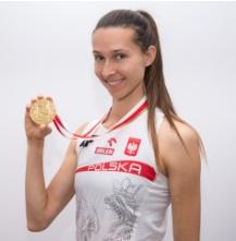 Oktawia Nowacka holdong olympic medal